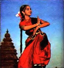 Культура средневековой Индии История Реферат доклад сообщение  Танцовщица на фоне индусского храма Фото